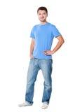 Красивый человек в тенниске и джинсыах стоковое изображение rf
