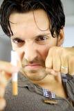 Красивый человек готовый для того чтобы остановить курить Стоковая Фотография RF