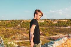 Красивый человек дает его руку в горах, пока вверху скала стоковое изображение rf