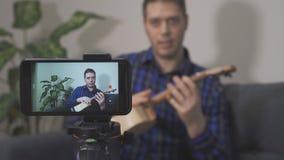 Красивый человек делая видео- блог акции видеоматериалы