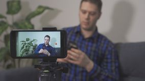 Красивый человек делая видео- блог сток-видео