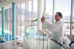 Красивый человек делая selfie перед роскошным бассейном курорта стоковые фотографии rf