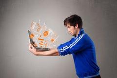 Красивый человек держа компьтер-книжку с диаграммами и статистик стоковая фотография rf