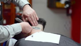 Красивый человек имея бритье с винтажной бритвой на парикмахерскае видеоматериал