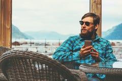 Красивый человек используя бизнесмена концепции технологии успеха образа жизни smartphone современного сидя близко Стоковая Фотография