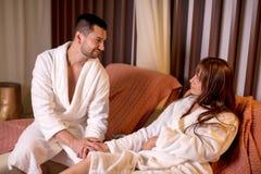Красивый человек и красивая женщина ослабляя в кресле во спа стоковое фото rf