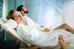 Красивый человек и красивая женщина ослабляя в курорте Стоковое Фото