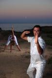 Красивый человек на пляже meditating Стоковая Фотография