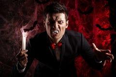 красивый человек одел в костюме Дракула на хеллоуин Стоковые Фото