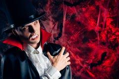 красивый человек одел в костюме Дракула на хеллоуин Стоковая Фотография RF