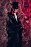 красивый человек одел в костюме Дракула на хеллоуин Стоковые Изображения RF