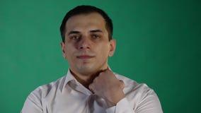 Красивый человек показывая различные эмоции конец вверх Зеленая предпосылка видеоматериал