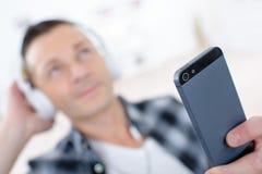 Красивый человек слушает к музыке в iPod Стоковое Изображение RF