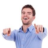 красивый человек указывая детеныши Стоковая Фотография RF