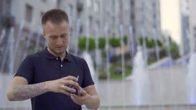 Красивый человек умело двигая играя карточки в руках сток-видео