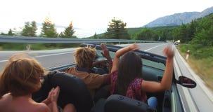 Красивый чернокожий человек partying с его подругой пока управляющ в автомобиле с откидным верхом акции видеоматериалы