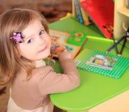 Красивый чертеж маленькой девочки с карандашами Стоковые Изображения RF