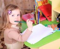 Красивый чертеж маленькой девочки с карандашами Стоковая Фотография RF