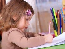 Красивый чертеж маленькой девочки с карандашами Стоковое Фото