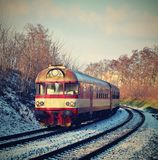 Красивый чехословакский пассажирский поезд с экипажами зима времени снежка цветка Стоковое фото RF