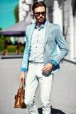 Красивый человек битника в костюме в улице Стоковое Изображение