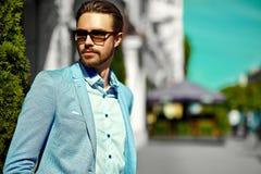 Красивый человек битника в костюме в улице Стоковая Фотография