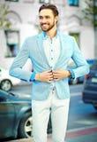 Красивый человек битника в костюме в улице Стоковое Изображение RF