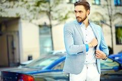 Красивый человек битника в костюме в улице Стоковые Изображения RF