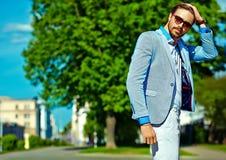 Красивый человек битника в костюме в улице Стоковое Фото