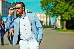 Красивый человек битника в костюме в улице Стоковые Фото