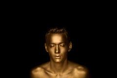 Красивый человек богатырского телосложения, совершенно предусматриванный в краске золота Фото студии Стоковое Фото