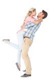 Красивый человек выбирая вверх и обнимая его подругу Стоковое Изображение RF