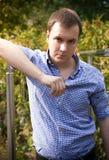Красивый человек в голубой рубашке Стоковые Изображения