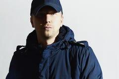 Красивый человек в крышке Стильный мальчик с голубыми глазами вскользь зима способа Стоковое фото RF