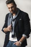 Красивый человек в рубашке, куртке, шарфе, джинсах Стоковые Изображения