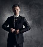 Красивый человек в черном костюме. Wedding способ groom. Серое backgrou Стоковые Фото