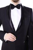 Красивый человек в черном смокинге Стоковые Изображения RF