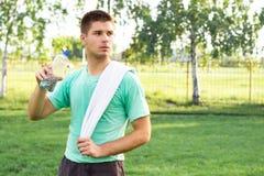 Красивый человек держа пластичную бутылку стоковые изображения rf