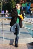Красивый человек есть попкорн снаружи в парке Стоковое Изображение