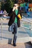 Красивый человек есть попкорн снаружи в парке Стоковое Фото
