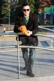 Красивый человек есть попкорн снаружи в парке Стоковые Фото