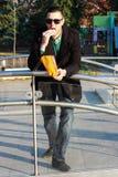 Красивый человек есть попкорн снаружи в парке Стоковая Фотография RF
