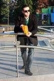 Красивый человек есть попкорн снаружи в парке Стоковое Изображение RF