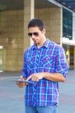 Красивый человек используя цифровую таблетку стоковое фото rf