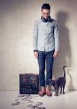 Красивый человек и кот слушая к музыке на magnetophone Стоковая Фотография RF