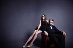 Красивый человек и красивая женщина в темноте Стоковые Фотографии RF