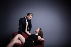 Красивый человек и красивая женщина в темноте Стоковое Изображение