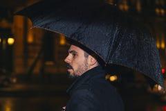 Красивый человек идя в Мадрид стоковое фото