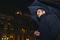 Красивый человек идя в Мадрид стоковое фото rf