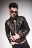 Красивый человек моды представляя с его рукой в карманн Стоковое Изображение RF